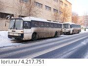 Купить «Пассажирские автобусы Mercedes у обочины», фото № 4217751, снято 19 января 2013 г. (c) Павел Кричевцов / Фотобанк Лори