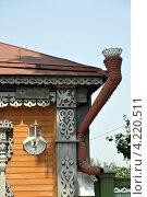 Часть фасада старинного деревянного дома с водосточной трубой в Коломенском кремле (2010 год). Стоковое фото, фотограф Dmitriy Semyonov / Фотобанк Лори