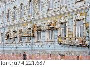 Купить «Ремонт фасада старого здания», фото № 4221687, снято 6 июля 2012 г. (c) Илюхина Наталья / Фотобанк Лори
