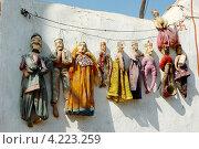 """Традиционные раджастанские куклы-марионетки ручной работы """"катхпутли"""" на продаже в уличной лавке в Джайсалмере, Индия (2012 год). Редакционное фото, фотограф крижевская юлия валерьевна / Фотобанк Лори"""