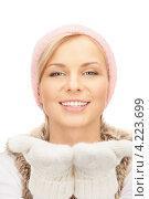 Купить «Очаровательная молодая женщина в вязаных рукавицах на белом фоне», фото № 4223699, снято 30 октября 2010 г. (c) Syda Productions / Фотобанк Лори