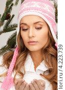 Купить «Привлекательная молодая женщина со снегом в руках», фото № 4223739, снято 10 октября 2010 г. (c) Syda Productions / Фотобанк Лори