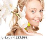 Купить «Обольстительная молодая женщина с белыми цветами», фото № 4223999, снято 3 апреля 2010 г. (c) Syda Productions / Фотобанк Лори