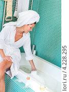 Купить «Счастливая девушка сидит на краю ванной с пеной», фото № 4228295, снято 23 сентября 2012 г. (c) CandyBox Images / Фотобанк Лори