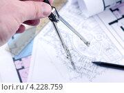 Мужская рука с циркулем и рабочий чертёж подземной автостоянки. Стоковое фото, фотограф Виталий Спиридонов / Фотобанк Лори