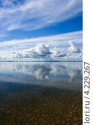 Облака, отражающиеся в озере. Стоковое фото, фотограф Артём Сапегин / Фотобанк Лори