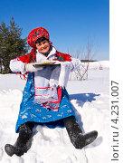 Румяная женщина в русском сарафане и валенках с блинами сидит на снегу. Масленица. Стоковое фото, фотограф Светлана Кузнецова / Фотобанк Лори
