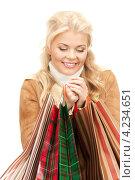 Купить «Привлекательная блондинка в зимней одежде с пакетами покупок в руках», фото № 4234651, снято 13 ноября 2010 г. (c) Syda Productions / Фотобанк Лори