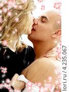 Купить «Страсть. Молодой мужчина и девушка в постели», фото № 4235067, снято 28 августа 2006 г. (c) Syda Productions / Фотобанк Лори