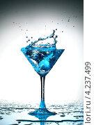 Купить «Всплеск голубой жидкости в бокале», фото № 4237499, снято 11 декабря 2008 г. (c) Иван Михайлов / Фотобанк Лори