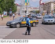 Купить «Дорожно-патрульная служба милиции (ДПС) в центре Минска», фото № 4243619, снято 9 июля 2011 г. (c) Павел Кричевцов / Фотобанк Лори