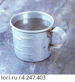 Купить «Старая металлическая кружка с водой», фото № 4247403, снято 26 июня 2019 г. (c) Food And Drink Photos / Фотобанк Лори