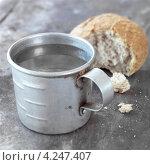 Купить «Концепция диеты, кружка воды и надломанный хлеб», фото № 4247407, снято 26 июня 2019 г. (c) Food And Drink Photos / Фотобанк Лори