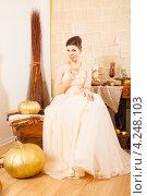 Купить «Молодая женщина в окружении золотых предметов», фото № 4248103, снято 8 января 2013 г. (c) Сергей Дубров / Фотобанк Лори