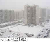 Купить «Сильный снегопад в Москве, улица Новокосинская, район Новокосино», эксклюзивное фото № 4251623, снято 29 января 2013 г. (c) lana1501 / Фотобанк Лори