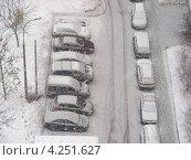 Купить «Машины на парковке, сильный снегопад, район Новокосино, Москва», эксклюзивное фото № 4251627, снято 29 января 2013 г. (c) lana1501 / Фотобанк Лори