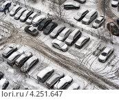Купить «Машины на парковке около жилого дома, улица Новокосинская, район Новокосино», эксклюзивное фото № 4251647, снято 29 января 2013 г. (c) lana1501 / Фотобанк Лори