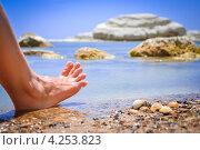Босиком по дикому пляжу Сицилии (Италия) (2012 год). Стоковое фото, фотограф Anna Romashova / Фотобанк Лори