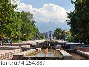 Купить «Сквер с фонтанами и вид на фасад здания мэрии города Бишкека, Киргизская Республка», эксклюзивное фото № 4254887, снято 4 июня 2012 г. (c) Николай Винокуров / Фотобанк Лори