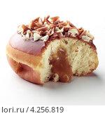 Купить «Надкусанный пончик с кленовым сиропом», фото № 4256819, снято 17 октября 2018 г. (c) Food And Drink Photos / Фотобанк Лори