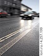 Купить «Фрагмент дороги, фокус на мокром асфальте», фото № 4257199, снято 13 июля 2020 г. (c) EugeneSergeev / Фотобанк Лори