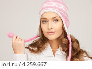 Купить «Очаровательная молодая женщина в вязаной розовой шапке», фото № 4259667, снято 10 октября 2010 г. (c) Syda Productions / Фотобанк Лори