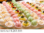 Купить «Вкусное пирожное и миндальное печенье для фуршета», фото № 4261931, снято 25 августа 2012 г. (c) Alexander Tihonovs / Фотобанк Лори