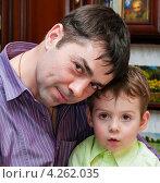 Купить «Мужчина среднего возраста с маленьким мальчиком сидит в обнимку», эксклюзивное фото № 4262035, снято 2 февраля 2013 г. (c) Игорь Низов / Фотобанк Лори