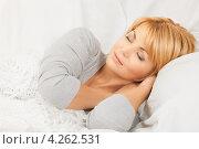 Купить «Молодая женщина спит в кровати», фото № 4262531, снято 26 сентября 2010 г. (c) Syda Productions / Фотобанк Лори