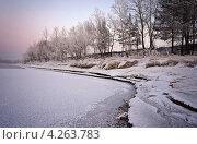 Купить «Деревья на покрытом снегом берегу реки, освещенные светом заходящего солнца», фото № 4263783, снято 30 января 2013 г. (c) Игорь Криволуцкий / Фотобанк Лори