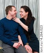 Купить «Счастливая семья. Весёлые парень и девушка на полосатом фоне», эксклюзивное фото № 4264023, снято 2 февраля 2013 г. (c) Игорь Низов / Фотобанк Лори