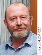 Купить «Бородатый мужчина в очках на кончике носа», эксклюзивное фото № 4264027, снято 2 февраля 2013 г. (c) Игорь Низов / Фотобанк Лори