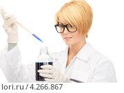 Купить «Привлекательная лабораторная сотрудница в белом халате в темной жидкостью во флаконе», фото № 4266867, снято 26 сентября 2010 г. (c) Syda Productions / Фотобанк Лори
