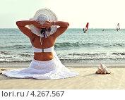 Девушка сидит на песчаном берегу моря. Стоковое фото, фотограф Элина Гаревская / Фотобанк Лори