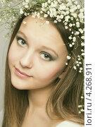 Купить «Весенний портрет девушки в венке из белых цветов», фото № 4268911, снято 13 января 2012 г. (c) Альбина Типляшина / Фотобанк Лори