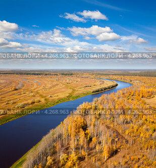 Купить «Вид с высоты птичьего полет на реку и осенний лес», фото № 4268963, снято 15 сентября 2011 г. (c) Владимир Мельников / Фотобанк Лори