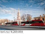 Санкт-Петербург. Стоящие трамваи на фоне колокольни Крестовоздвиженской церкви (2013 год). Редакционное фото, фотограф Ольга Визави / Фотобанк Лори