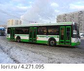Купить «Городской автобус отъезжает от остановки, Щелковское шоссе, Москва», эксклюзивное фото № 4271095, снято 5 февраля 2013 г. (c) lana1501 / Фотобанк Лори