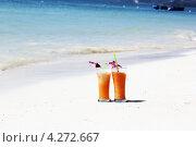 Два бокала сока на песке. Стоковое фото, фотограф Вера Мезенкова / Фотобанк Лори