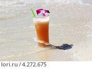 Стакан сока На белом песке моря. Стоковое фото, фотограф Вера Мезенкова / Фотобанк Лори