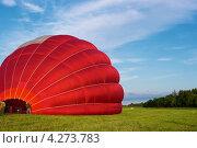 Подготовка к полету на красном воздушном шаре. Стоковое фото, фотограф Andrei Nekrassov / Фотобанк Лори