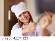 Купить «Улыбающаяся женщина врач с рентгеновским снимком», фото № 4274123, снято 22 сентября 2012 г. (c) Яков Филимонов / Фотобанк Лори