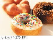 Купить «Круглые пончики с разной посыпкой», фото № 4275191, снято 22 мая 2018 г. (c) Food And Drink Photos / Фотобанк Лори
