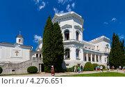 Южный фасад Большого белого Ливадийского дворца и Крестовоздвиженская церковь, Крым (2011 год). Редакционное фото, фотограф Иван Сазыкин / Фотобанк Лори