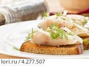 Жареные тосты с соленой рыбой. Стоковое фото, фотограф Peredniankina / Фотобанк Лори