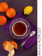 Купить «Китайский чай в чашке, мандарины, лимон и ложка на фиолетовой салфетке», фото № 4278327, снято 13 января 2013 г. (c) Eve Voevoda / Фотобанк Лори