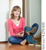 Купить «Девушка чистит обувь», фото № 4279835, снято 26 августа 2012 г. (c) Яков Филимонов / Фотобанк Лори