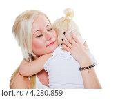 Купить «Мама успокаивает меленькую дочь», фото № 4280859, снято 29 октября 2012 г. (c) Игорь Соколов / Фотобанк Лори