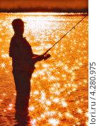 Купить «Силуэт рыбака со спиннингом на фоне реки», фото № 4280975, снято 16 июля 2012 г. (c) Евгений Мухортов / Фотобанк Лори
