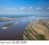 Купить «Большая река, желтые берега, белые облака», фото № 4281847, снято 31 мая 2012 г. (c) Владимир Мельников / Фотобанк Лори